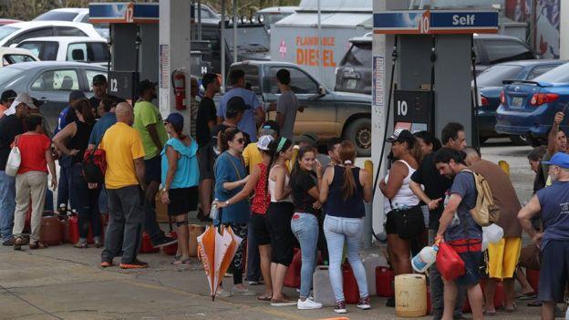 En San Juan se forman filas de hasta seis horas para comprar gasolina.