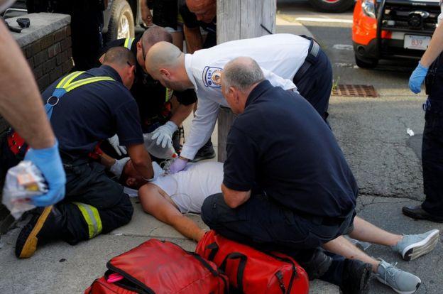 Paramédicos atendem homem, após crise causada por uso de derivado de ópio
