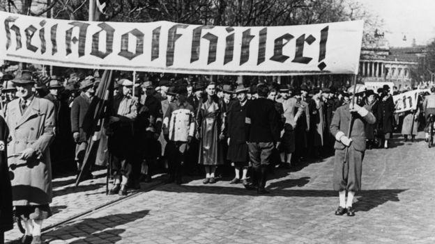 Austríacos recebendo os nazistas