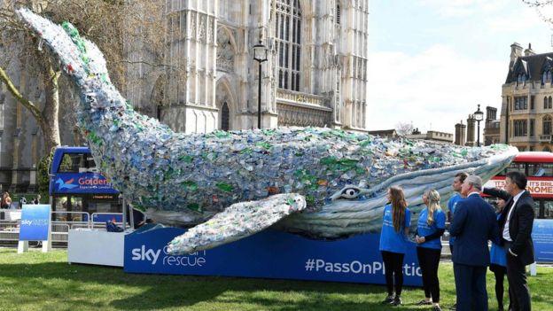 英国王储查尔斯王子参加在伦敦举行的英联邦国家首脑会议,观看一头用塑料瓶做成的鲸鱼。