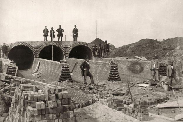1862年,巴瑟傑(右上角)參觀施工現場