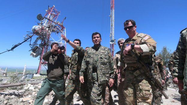 Türkiye'nin hava operasyonlarında zarar gören YPG binaları, ABD askerleri tarafından incelenmişti.