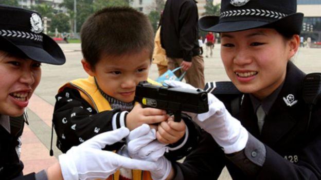 Policiais mulheres com criança na China