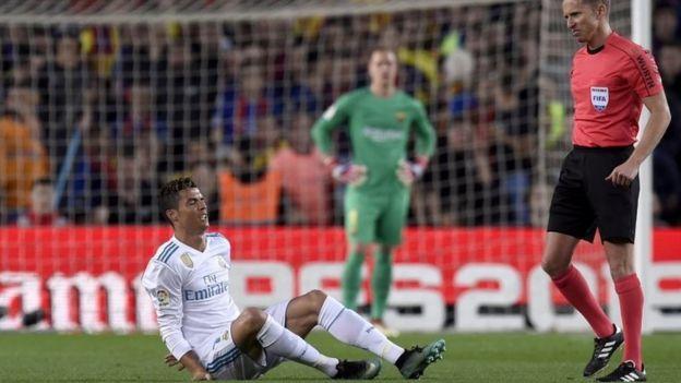 Cristiano Ronaldo en la cancha quejándose del dolor tras lesionarse el tobillo.