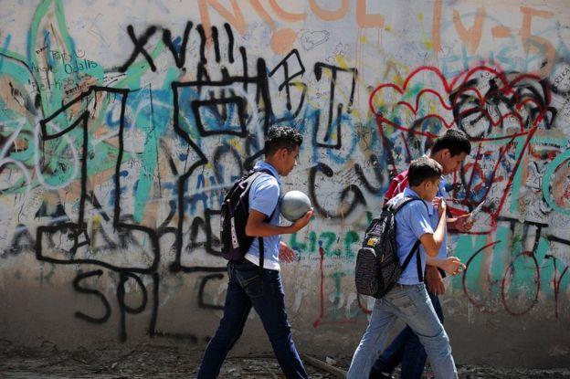 Niños ante grafitis