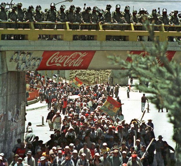 Militares vigilan una protesta en Bolivia en 2003.