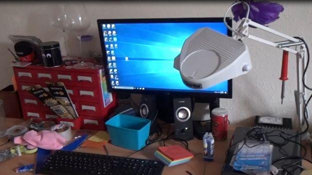 Mesa de Falder, incluindo o computador dele