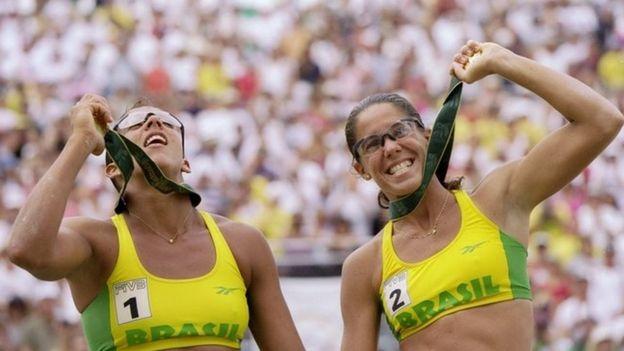 Jacqueline e Sandra conquistaram o ouro no vôlei de praia em 1996