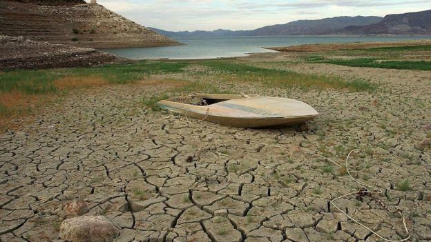 Una barca sobre el fondo desecado del lago Mead, en Nevada.