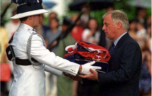 Thống đốc Chris Patten trong lễ hạ cờ Anh để về nước năm 1997