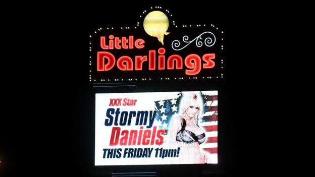 Una cartelera con Stormy Daniels