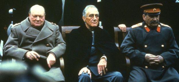 Winston Churchill (Ingiriiska), Franklin D Roosevelt (Maraykanka) , iyo Joseph Stalin (Ruushka) oo wada fadhiya sanadkii 1945