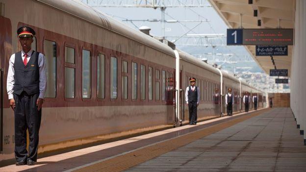 Operada por personal chino, la flota de trenes de nueva construcción de la línea que une la capital de Etiopía, Adís Adeba, y Yibuti está ayudando a impulsar la economía de ambos países.