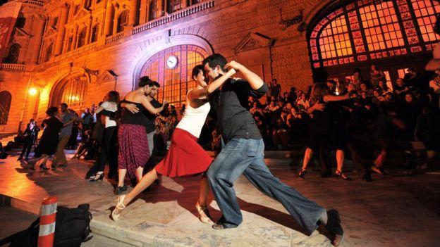 Gente bailando tango en la terminal Haydarpasa en Estambul, Turquía.