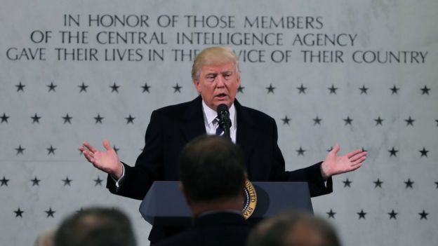 Trump dando un discurso frente al monumento de la CIA