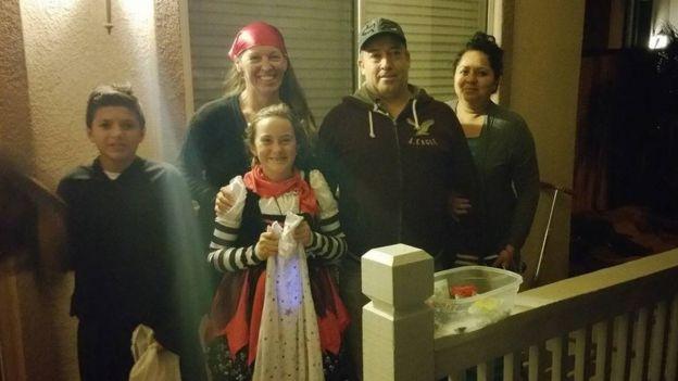 Kimber Kinard con Amanda, Rafael y los padres del niño mexicano