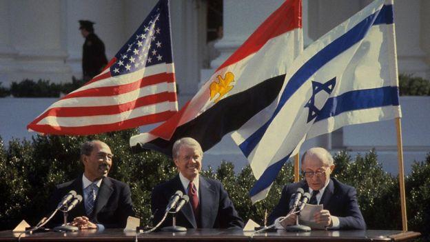 Anwar Sadat, Jimmy Carter y Menachem Begin.