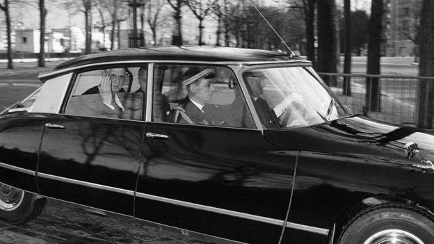 De Gaulle en su auto.