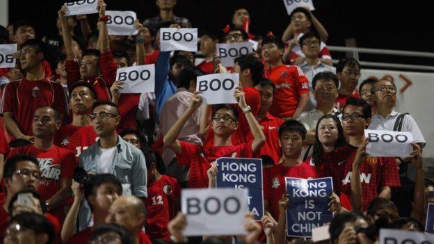 國際足聯世界杯外圍賽主場香港球迷舉起「噓」字樣標語(17/11/2015)