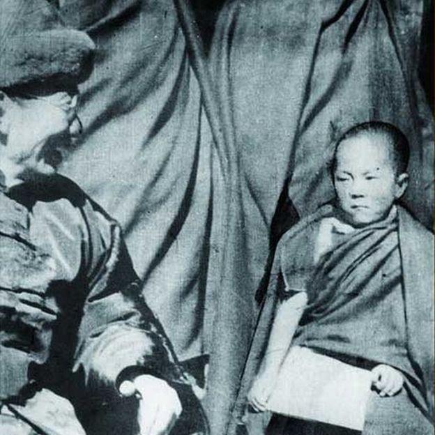 1940年2月22日第十四達賴喇嘛(右)在拉薩布達拉宮舉行坐牀典禮,時任國民政府蒙藏委員會委員長吳忠信(左)參加了典禮