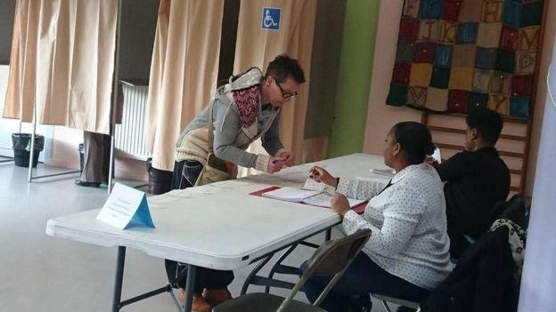 Một số điểm bầu cử tại Pháp vẫn dùng cách bỏ phiếu ghi thẻ giấy