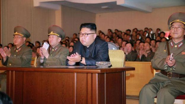 El presidente norcoreano Kim Jong-un y su equipo de asesores
