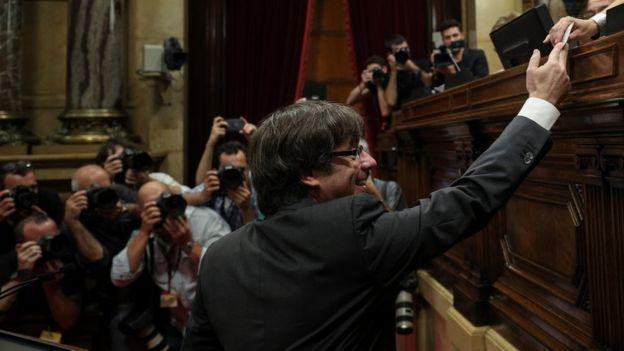 El presidente catalán, Carles Puigdemont, en el momento de depositar su voto.