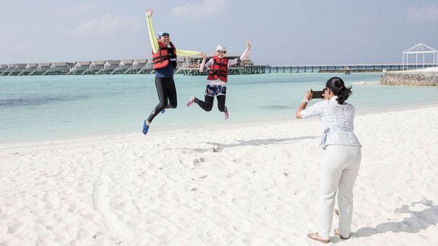 Turistas en una playa de Maldivas