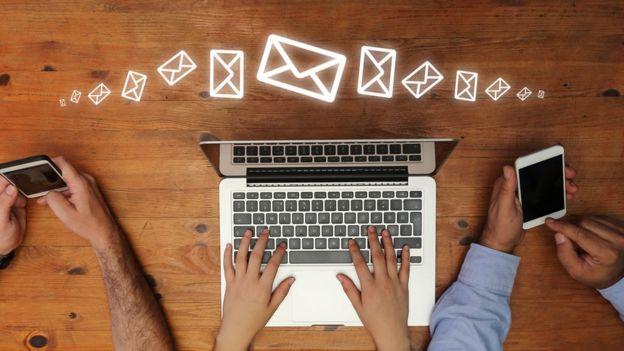 Pessoas usando computadores e celulares