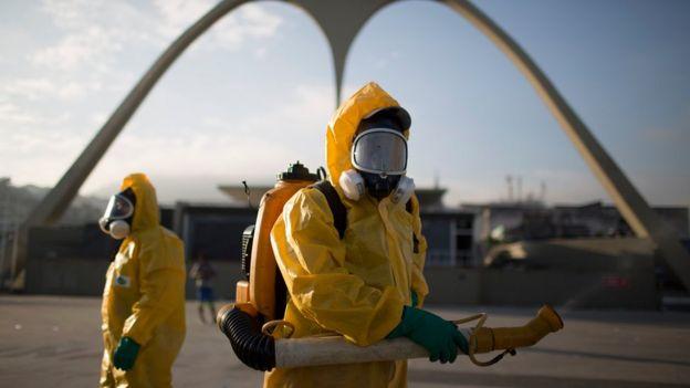 Equipe espalha inseticida no Sambódromo do Rio