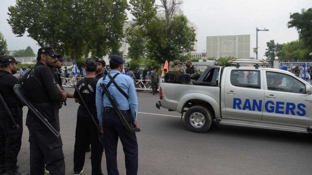 Soldados paramilitares y policías vigilan la entrada de la Corte Suprema de Pakistán