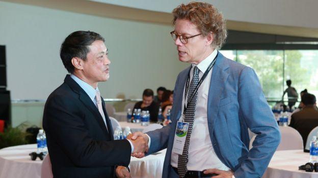 Thứ trưởng Bộ Thông tin Truyền thông Phạm Hồng Hải và Đại sứ Thụy Điển Pereric Högberg tại VIF