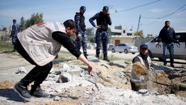 Palestinians inspect the site of an explosion that targeted Palestinian Prime Minister Rami Hamdallah in Gaza (13 March 2018)