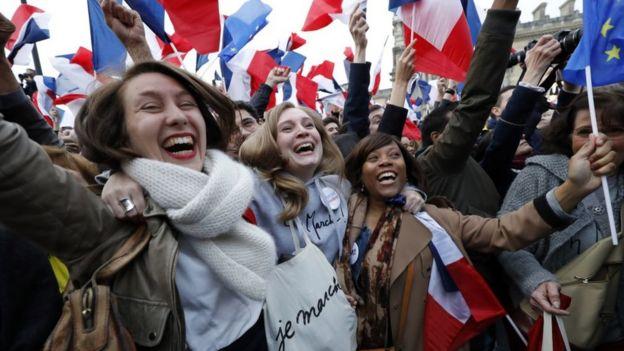 Miles de seguidores de Macron se congregaron en el centro de París para festejar su triunfo.