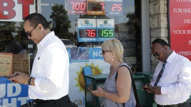 لوگ لاٹری خریدتے ہوئے