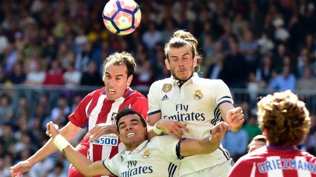 El uruguayo Diego Godín y el galés Gareth Bales buscan un balón.