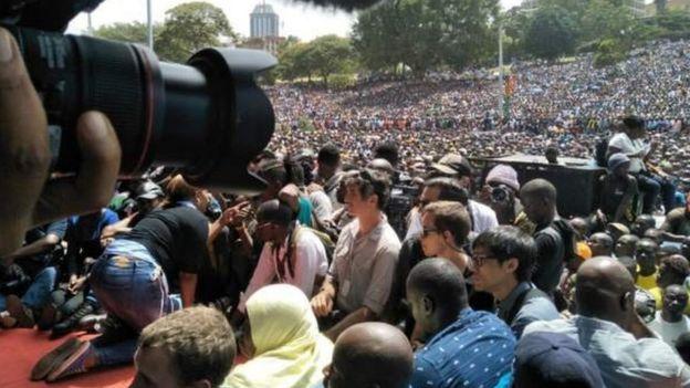 Umati wa watu waliohudhuria sherehe ya kuapishwa kwa raiola Odinga katika bustani ya Uhuru Park