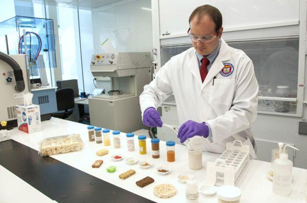 Chequeando los niveles de arsénico en el arroz en un laboratorio.