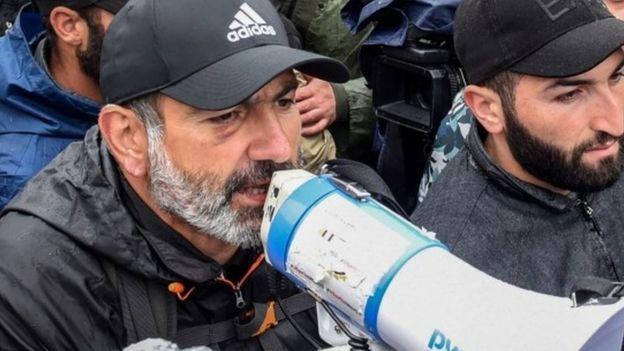 Muhaliflerin lideri Nikol Paşinyan program sonrası gözaltınan alındı.