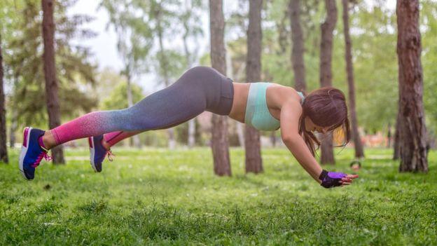 Mujer haciendo ejercicio de alta intensidad