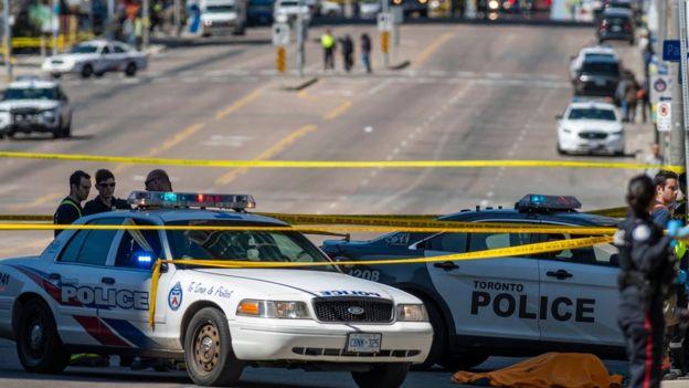 Patrullas de la policía en la calle donde ocurrió el incidente.
