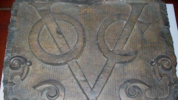 Voc, quizás el primer logo reconocido en el mundo conocido. Sus siglas vienen del holandés Vereenigde Oostindische Compagnie.