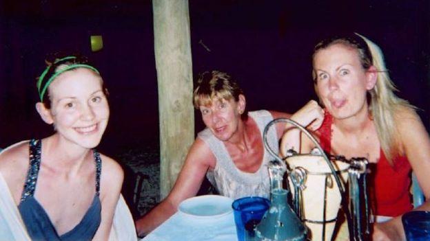 Lisa Day de vacaciones con su mamá Doreen y su hermana mayor Katie en 2009.