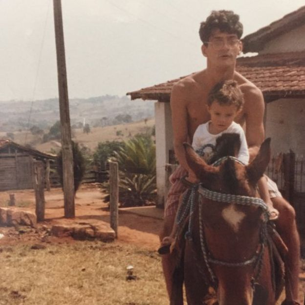 Leonardo monta a cavalo com criança no colo