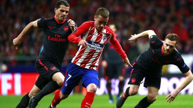 Griezmann, del Atlético, perseguido por dos rivales.