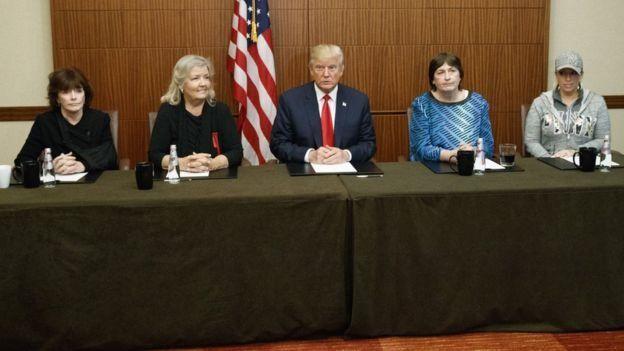 Donald Trump junto a Kathleen Willey, Juanita Broaddrick, Kathy Shelton y Paula Jones.