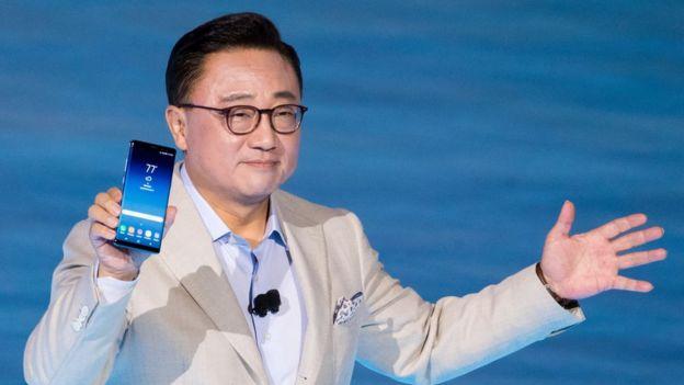 DJ Koh sosteniendo un Galaxy Note 8