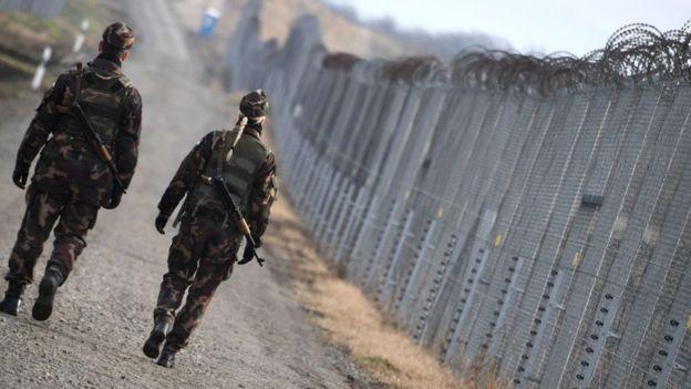 Vallas en la frontera de Hungría con Serbia.