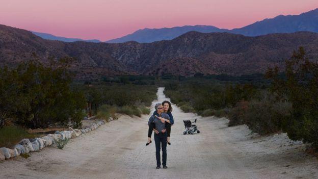 Jennifer Brea y su marido Omar Wasow en un paisaje natural