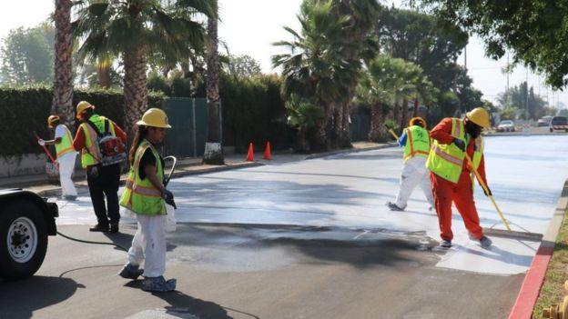 Extendiendo el CoolSeal sobre una calle de Los Ángeles